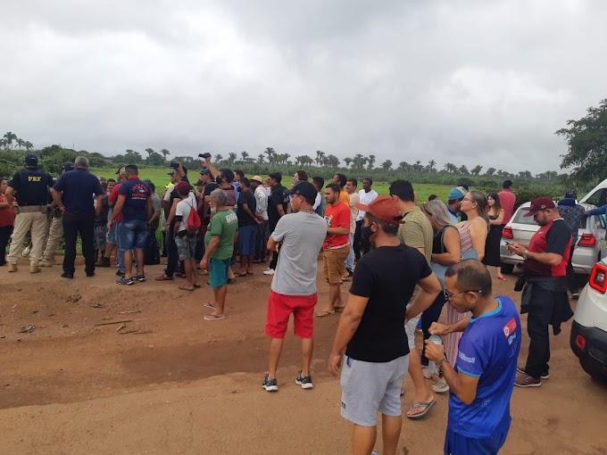 Manifestantes bloqueiam BR-222, em Vitória do Meariam, reivindicando a recuperação da via