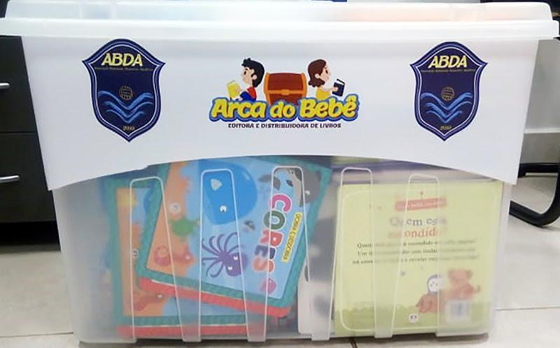 As 3 caixas do kit Arca do Bebê vêm personalizadas, com 252 livros no total