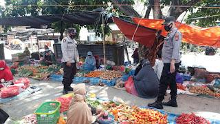 Personil Polsek Anggeraja Menyapa Para pengunjung Pasar Cakke Dan Ingatkan Protokol Kesehatan