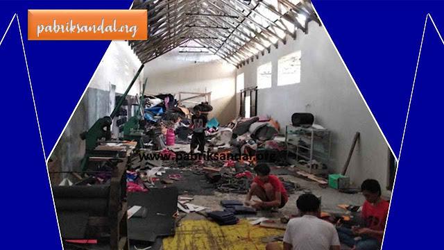 Suasana di Tempat produksi Pabrik Sandal Garut