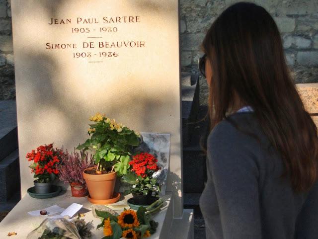 Tumbas de Jean-Paul Sartre y Simone de Beauvoir en el Cementario de Montparnasse en París