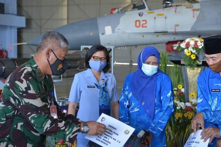 Sambut Hari Bhakti TNI AU 2021, Pangkoopsau II Beri Tali Asih & Kursi Roda ke Para Purnawirawan TNI AU