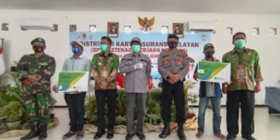 Pemkab Jember Membagikan Kartu Asuransi Kepada Nelayan 6 Kecamatan Secara Luring Dan Daring