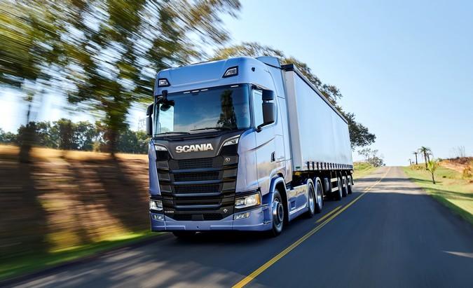 Scania anuncia descontos de até 42% em pacotes especiais e carência de 6 meses para caminhões rodoviários