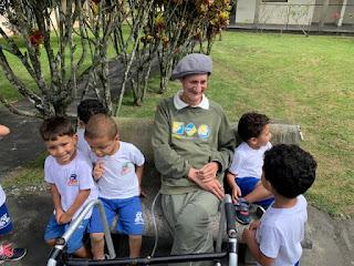 Crianças da Ilha homenageiam Lar dos Idosos