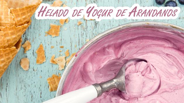 Helado de yogur con mermelada de arándanos