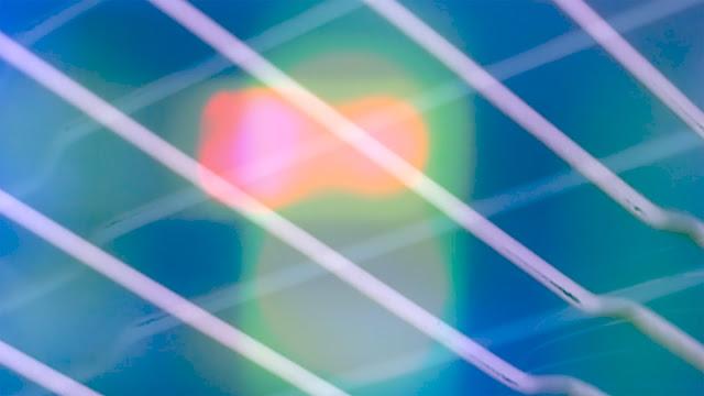 Abstrakti: valoa, väriä ja viivoja