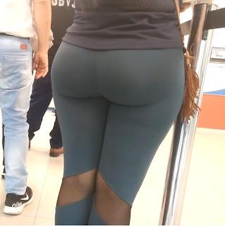 Sabrosa mujer leggins deportivos cola redonda