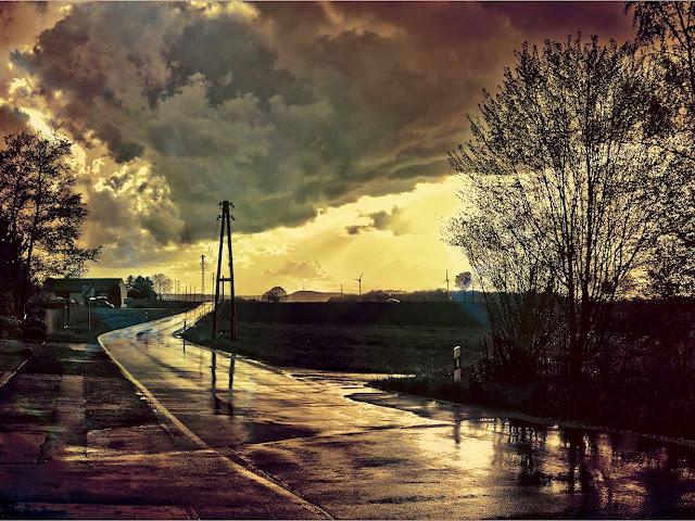 Eine nasse Straße glänzt in der Sonne