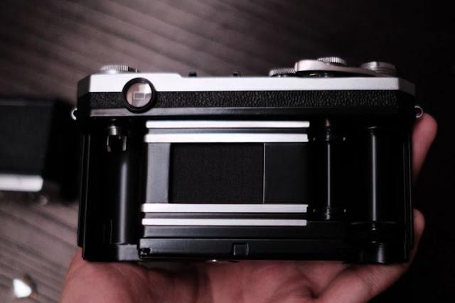Bagaian belakang kamera film (35mm rangefinder) lawas Nikon S2 yang terbuka sehingga memperlihatkan ruang film di dalamnya. Kotak hitam di bagian tengah adalah shutter. Lembaran film dibentangkan di belakang shutter ini agar terekspos cahaya ketika shutter dibuka. Di pojok kiri atas terdapat jendela bidik (viewfinder). Di sisi kiri dan kanan terdapat spool film untuk mengulur dan memasukkan kembali lembaran film ke dalam rol kemasannya