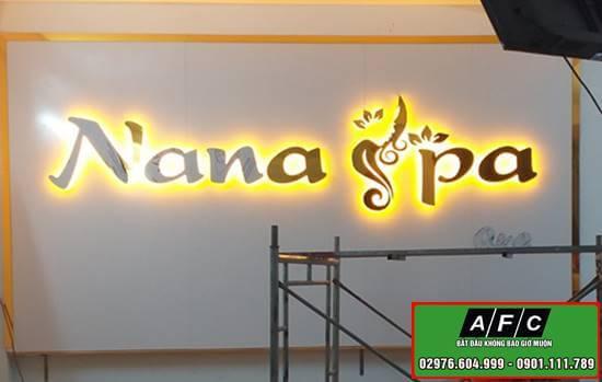 Thi công chữ alu gương chân mica đèn led sáng chân tại NaNa Spa