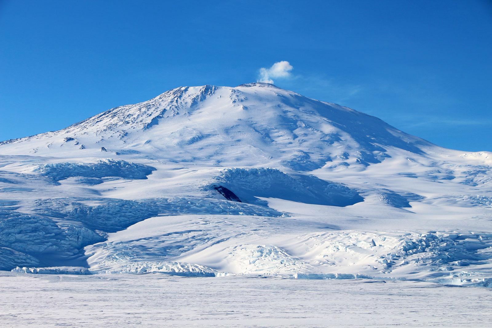 Гора Эребус в Антарктиде