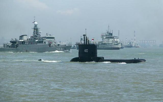 El submarino indonesio de clase Cakra KRI Nanggala 402 saliendo de la base naval de Surabaya