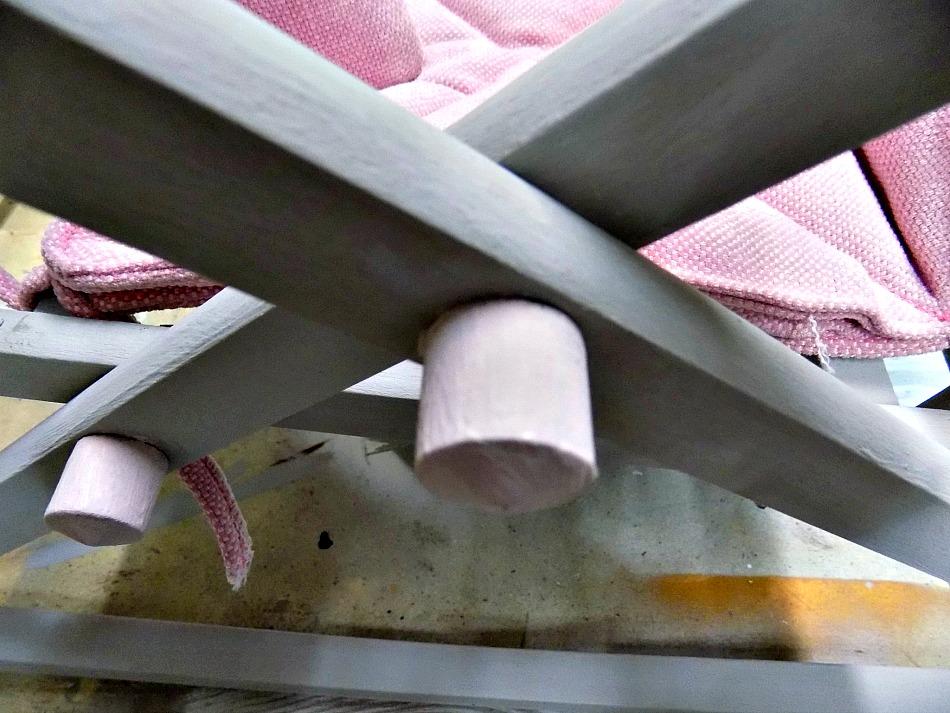 Ροζ λεπτομέρειες σε ένα ξύλινο αλογάκι