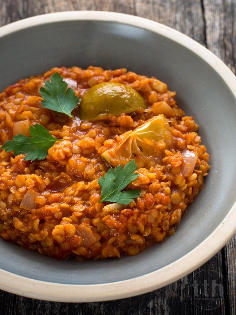Wegańska aromatyczna potrawka z soczewicy z pomidorami