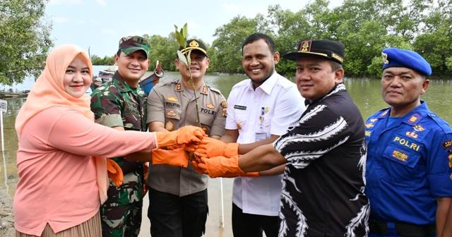 Polri Peduli Penghijauan Pantai, Polres Aceh Timur Tanam 1000 Mangrove di Julok