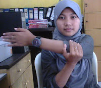 peregangan lengan di kantor, stretching tulang belikat untuk orang sibuk