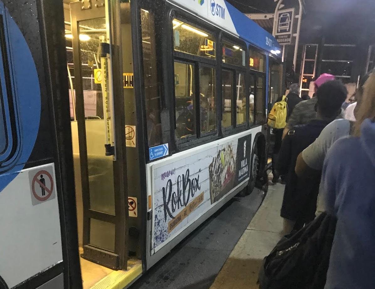 Fila para entrar no ônibus em Montreal