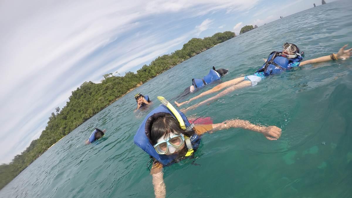 snorkeling di pantai Tiga Warna