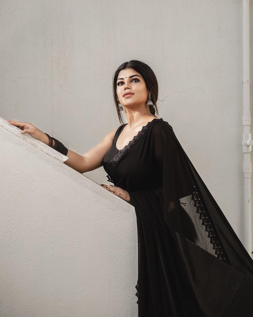 Suju Vasan Black Saree Photos