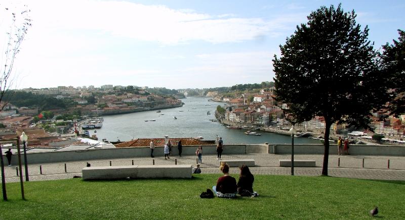 Pessoas no Jardim do Morro a apreciar a vista para o rio Douro