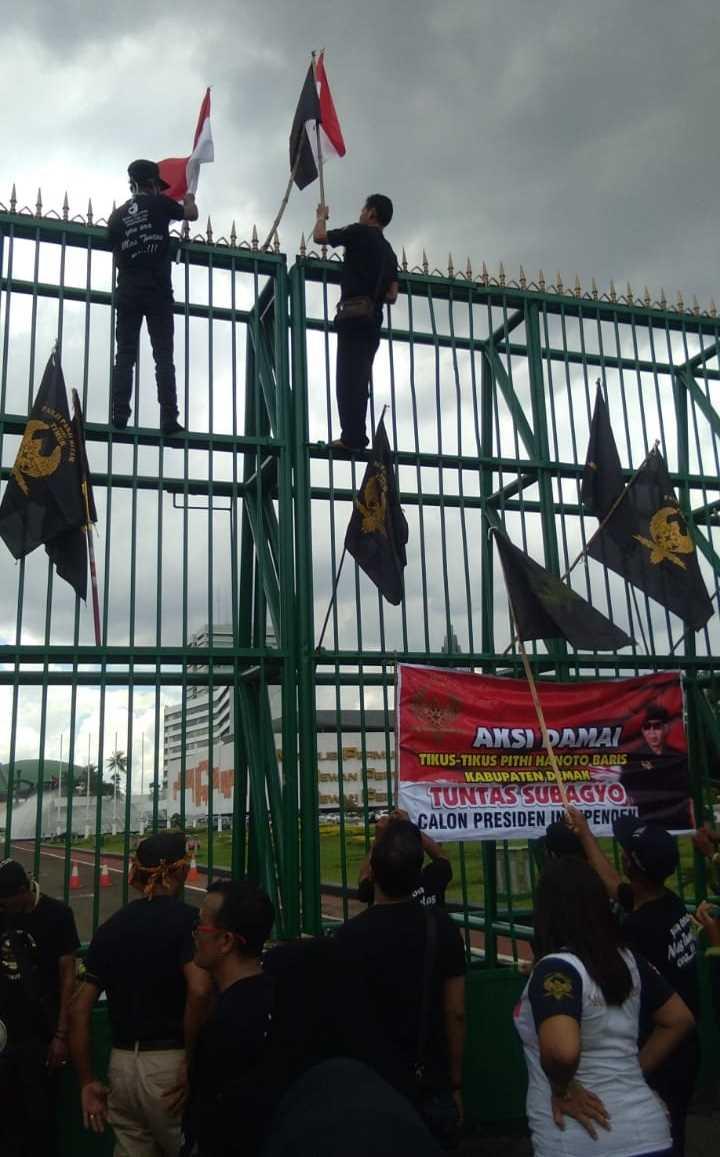 Aksi nekat anggota ormas tikus pithi memanjat pagar depan gedung DPR RI