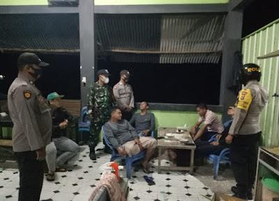 Operasi Yustisi Malam Hari Di Wilayah, Babinsa 05/PC dan Bhabinkamtibmas berikan himbauan Prokes