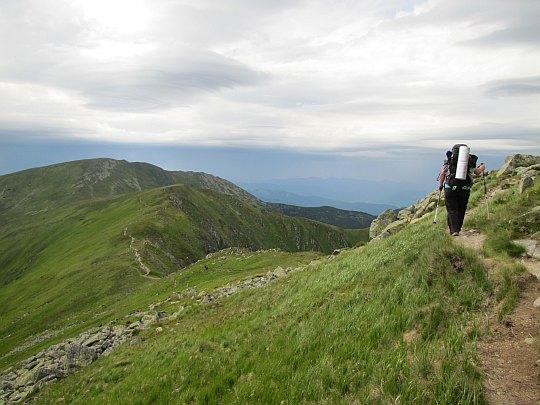 Kotliská - zejście ze szczytu. Przed nami nienazwana kulminacja i Chabenec.