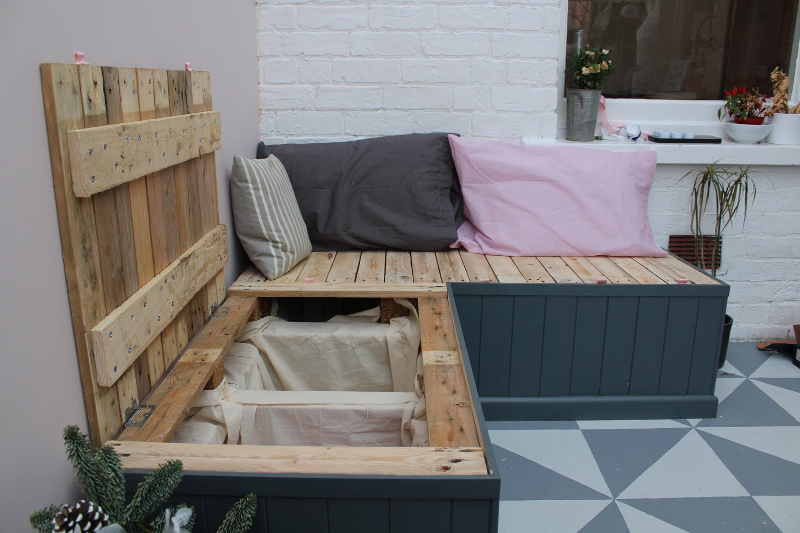 DIY pallet seating with hidden storage