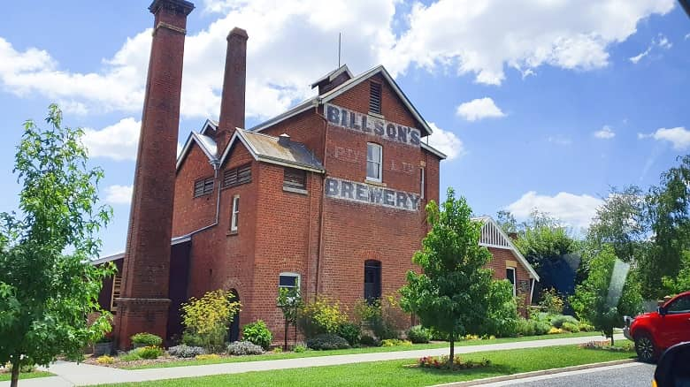a picture of an old building, a brewery