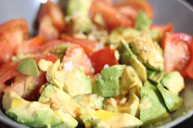 photo-ensalada-tomate-aguacate