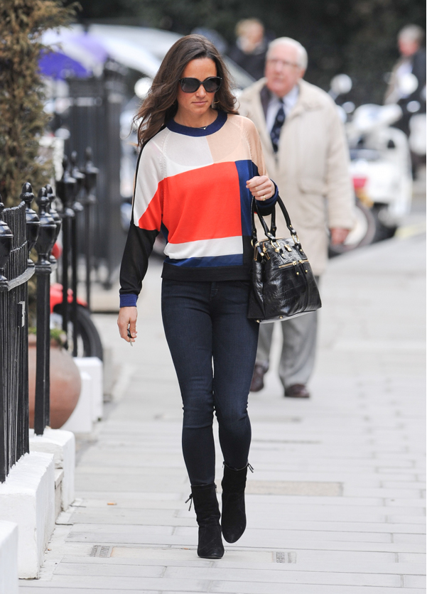 PIPPA MIDDLETON  Suéter: by PAPER LONDON  Patalon/Jeans: by Goldsign  $240  Zapatos/Botas: by Peter Kaiser URGA 94405-897  Anteojos: by Chanel 5205 Col. 1263 Everything Else  Bolso: by MODALU