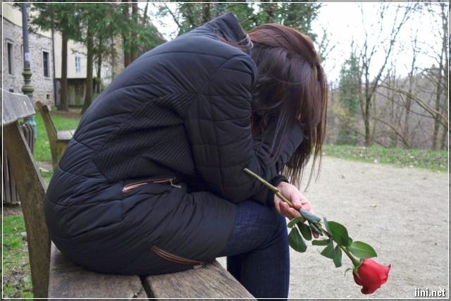 ảnh cô gái vừa cầm hoa hồng vừa khóc