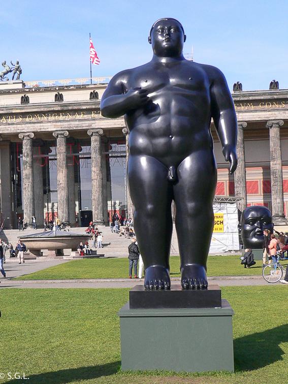 Escultura de Adan de Botero en Berlin