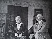 Anna i Tadeusz Kossakowie w salonie w domu w Górkach Wielkich