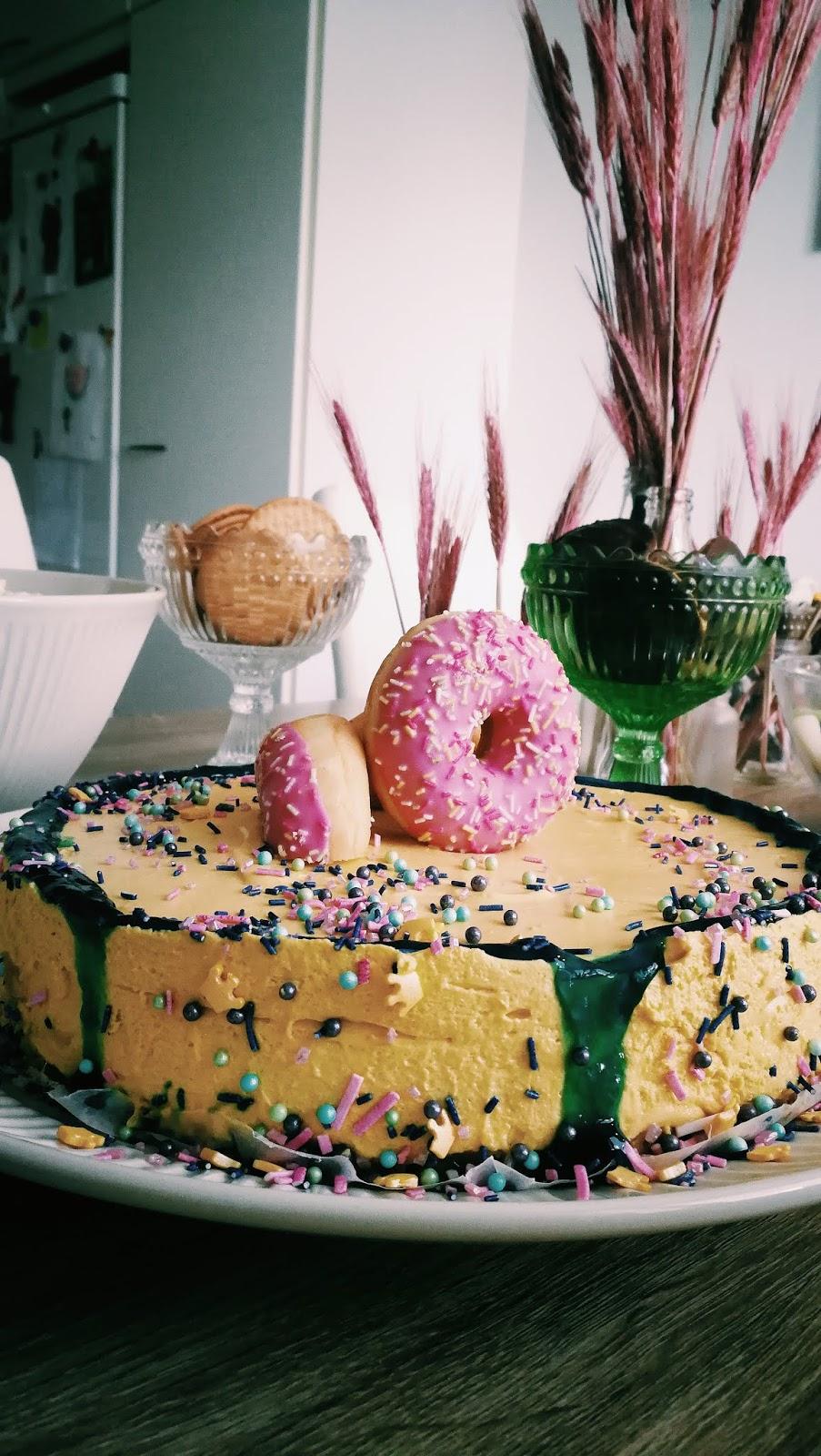 Moussekakku, mangokakku, mangomoussekakku, mangovaahtokakku, moussrtårta, mangomoussetårta, donitsikakku, donitstårta