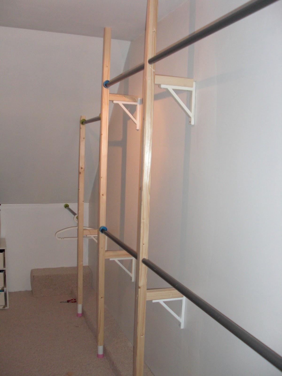 heim elich kleiderstangenwand in der ankleide. Black Bedroom Furniture Sets. Home Design Ideas