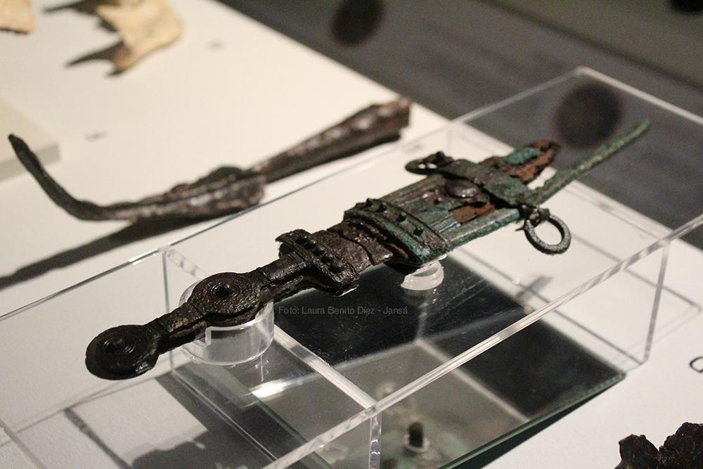 Puñal de hierro con restos de su vaina expuesto en 'Cabezas cortadas. Símbolos de poder'. Foto: Laura Benito Díez - Jansá