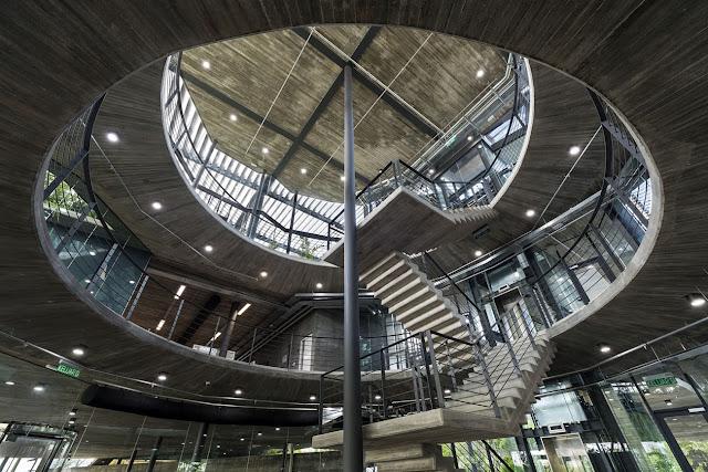 interior oficinas con diseño ovalado y escaleras centrales