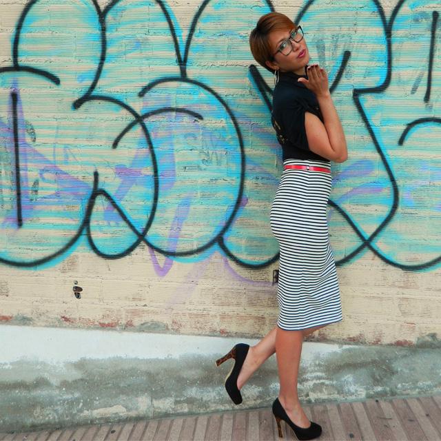 falda lapiz de rayas con top negro
