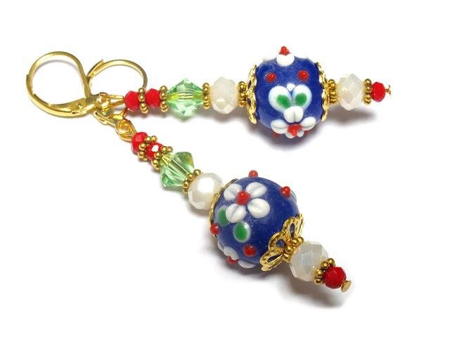 https://www.beadmixer.nl/webshop/sieraden/elaine-mary-sieraden/oorbellen/detail/816/kobalt-blauwe-oorbellen-met-witte-bloemen.html