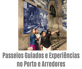 Guia Brasileira à mostrar azulejos da estação de São Bento para 2 turistas