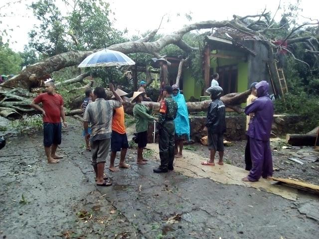 Hujan Disertai Angin Kencang Rusak Rumah Warga di Sragen