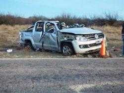 Por causas que aún no fueron establecidas, el conductor perdió el control de la camioneta que manejaba con destino a Buenos Aires, y volcó del otro lado de la banquina. Tanto él, como su acompañante que fue despedido varios metros, murieron en el acto a raíz de las severas lesiones sufridas.