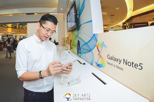 Must pose a photo with the brand new GALAXY Note 5 before I leave