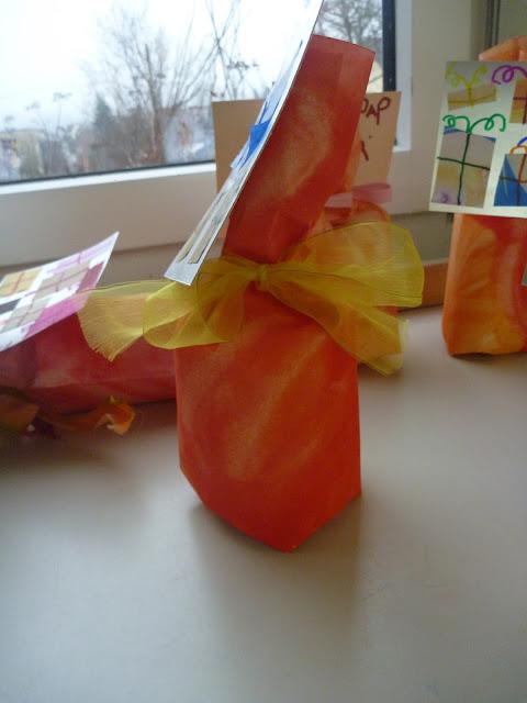 Einpacken von Geschenken im Kindergarten