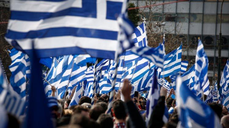 Με το «Μακεδονία ξακουστή» φτάνουν οι διαδηλωτές στο Σύνταγμα