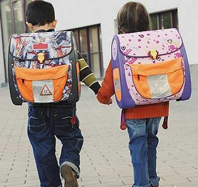 Діти з величезними рюкзаками, які можна замінити електронними книжками