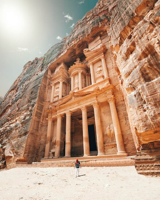 Lối vào thành phố thông qua SIQ, hẻm núi hẹp dài hơn 1 km hình thành giữa những khối núi màu sắc rực rỡ cao hơn 200 m. Đi bộ qua SIQ cũng là trải nghiệm thú vị của du khách. Đi đến cuối SIQ, bạn sẽ bắt gặp toà nhà Treasury nổi tiếng nhất Petra.