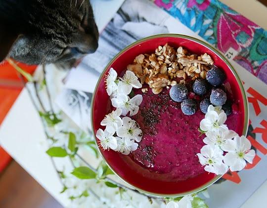 Smoothie bowl ze świeżego buraka i leśnych owoców